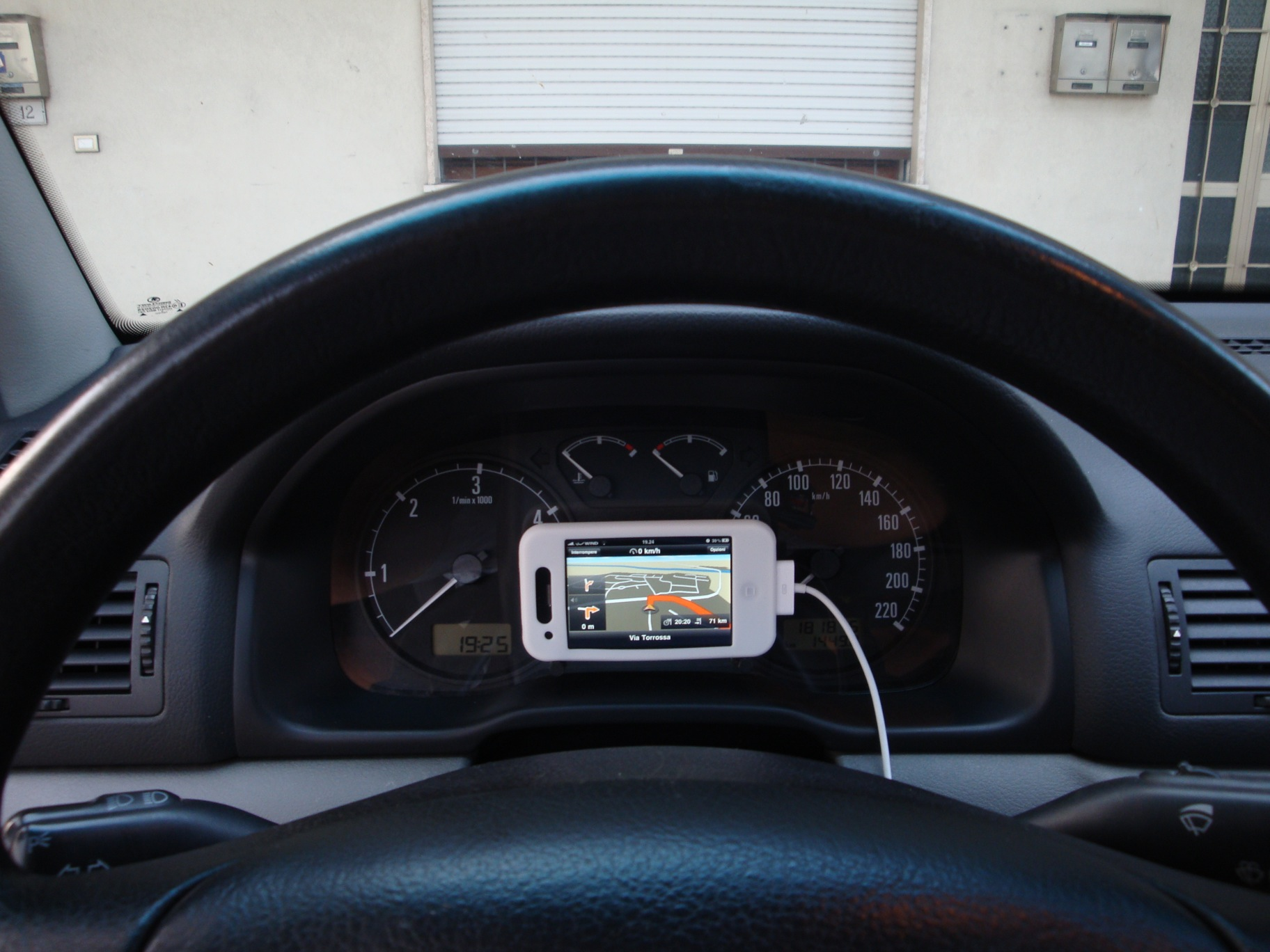 Un supporto da auto originale iphone italia - Porta iphone auto ...