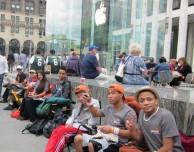 I ricercatori dicono che fare la fila per l'iPhone aumenta l'autostima e fa socializzare