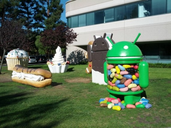 Android-Jelly-Bean-statue-in-front-yard-001