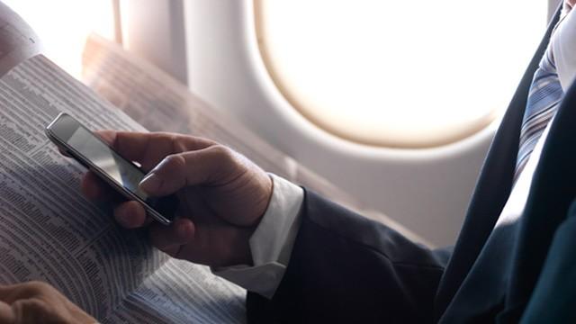 Il 30% dei passeggeri non inserisce la modalità aereo in fase di decollo e atterraggio