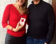 Tim Cook visita diversi Apple Store insieme alla CEO di (RED)
