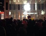 New York: proteste anche dinanzi all'Apple Store sulla 5th Avenue