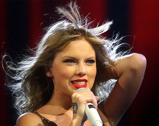 """Taylor Swift: due pesi, due misure sui pagamenti e il lavoro """"gratuito"""""""