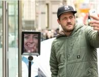 Sydney: un robot in fila per il nuovo iPhone!