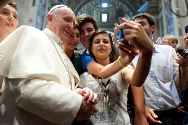 "Papa Francesco: ""A tavola spegnete i vostri smartphone"""