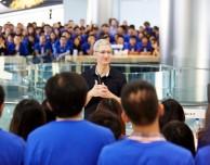 """Tim Cook parla ai dipendenti Apple: """"Non abbiamo bisogno di iPhone economici per crescere"""""""