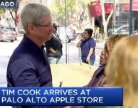 Tim Cook saluta i clienti dell'Apple Store di Palo Alto