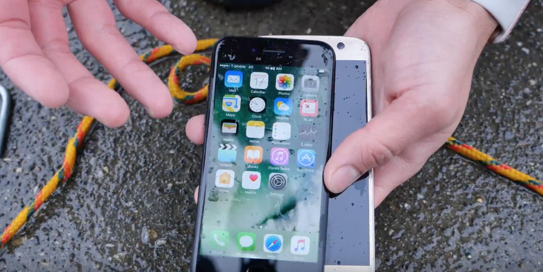 iPhone 7 contro Galaxy S7: chi resiste di più all'acqua?