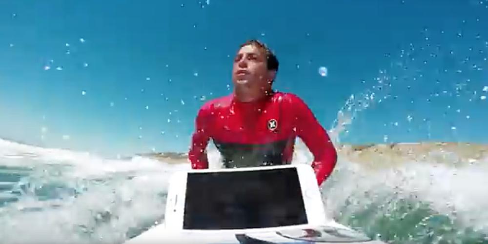 Un surfer prova l'impermeabilità dell'iPhone 7