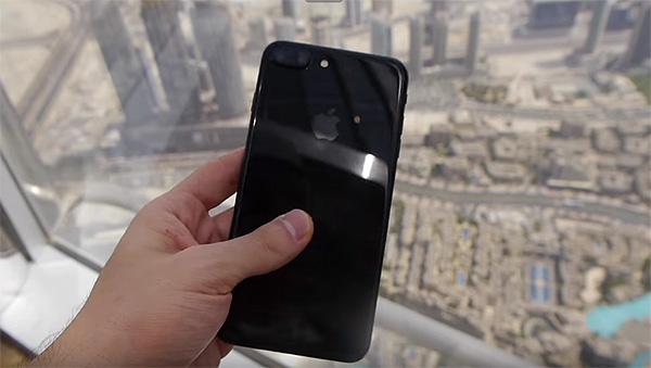Un iPhone 7 cade dall'edificio più alto al mondo