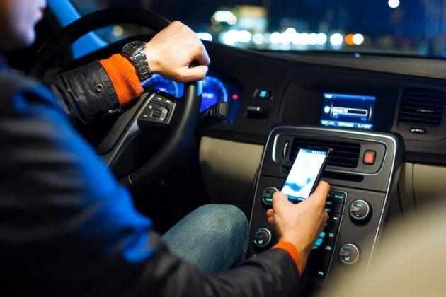 Smartphone alla guida? Si rischia la sospensione della patente