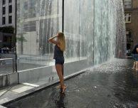 """Turista nuda sotto la fontana dell'Apple Store Piazza Liberty: """"Non sapevo fosse vietato!"""""""